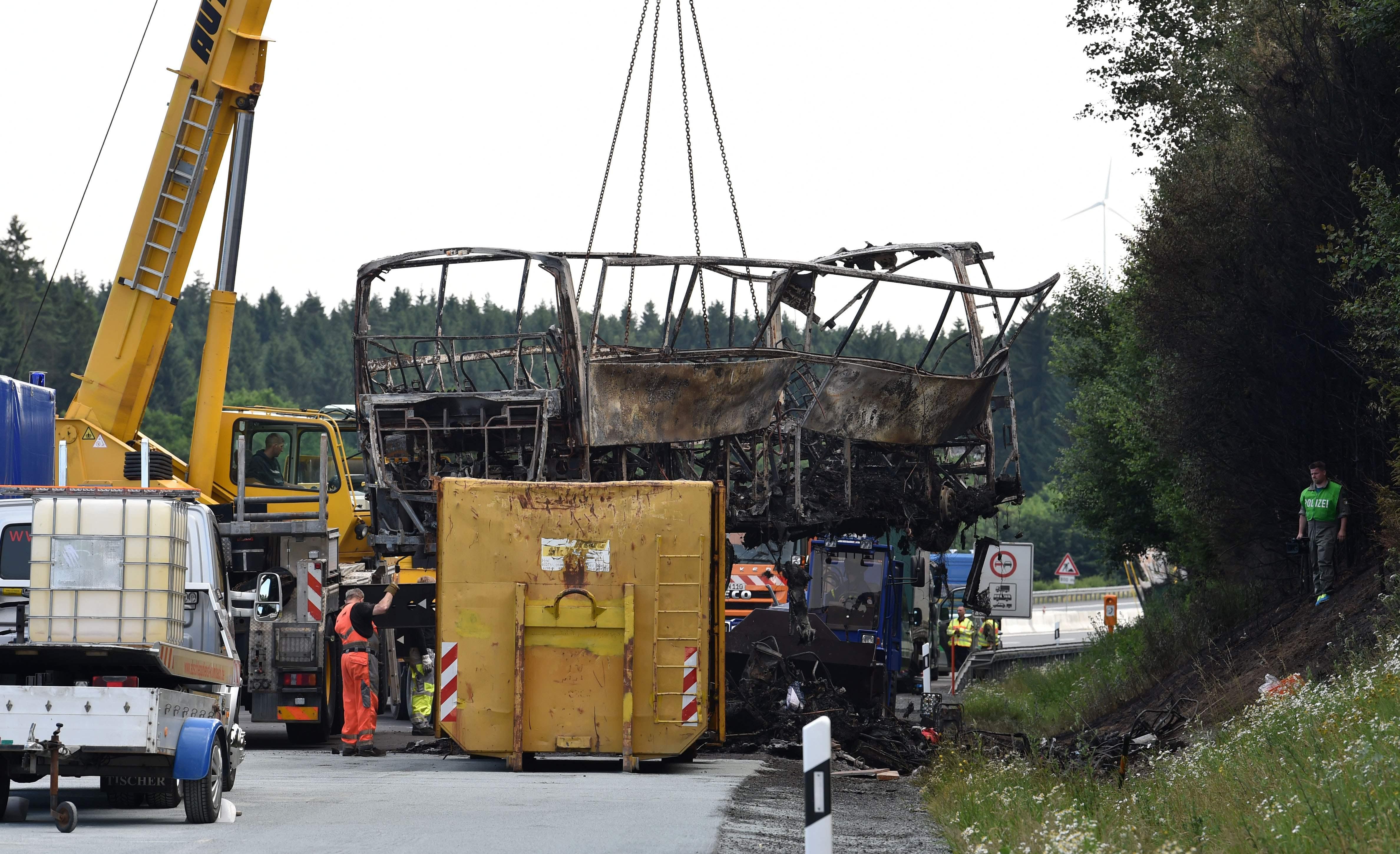 السلطات الألمانية ترفع آثار الحافلة المتفحمة