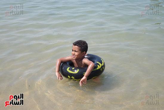 طفل يسبح فى المياه