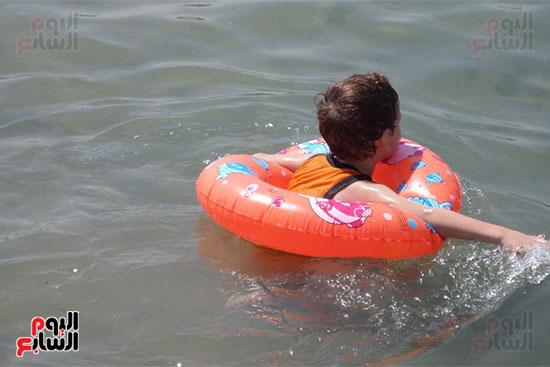 طفلة تسبح فى على الشاطئ