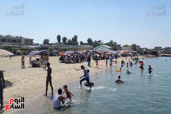 الشباب يلعبون على الشاطئ