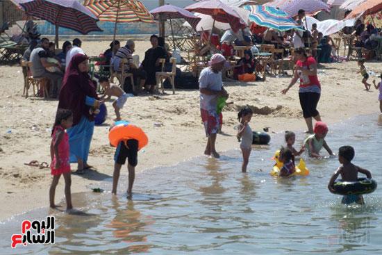 الأطفال فى مياه الشاطئ