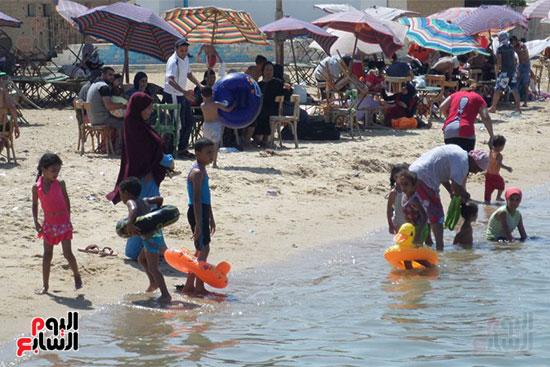 المصيفون يستمتعون بالشاطئ