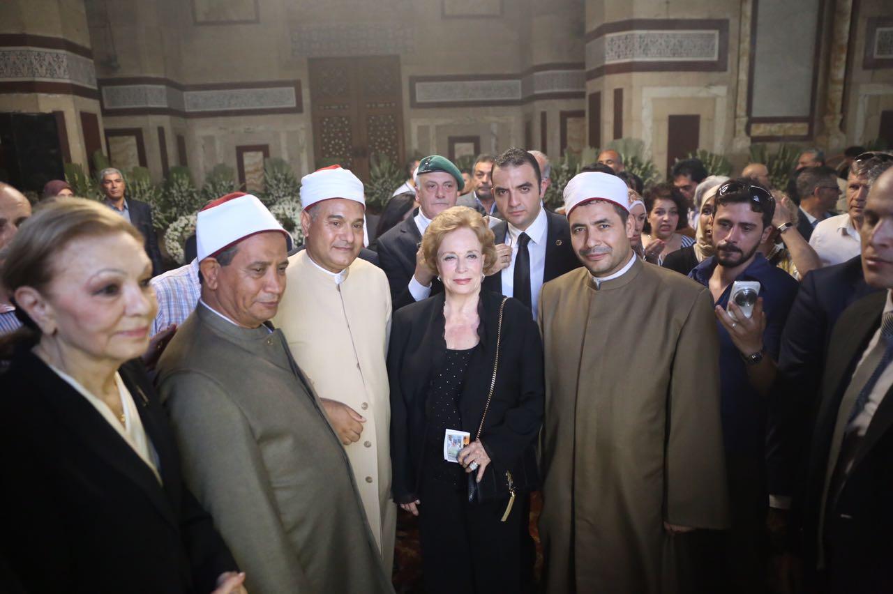 ديبا وجيهان فى صورة تذكارية مع مقرئي مسجد الرفاعى بالقعلة الذين قرأوا ما تيسر من الذكر الحكيم على روح الشاه