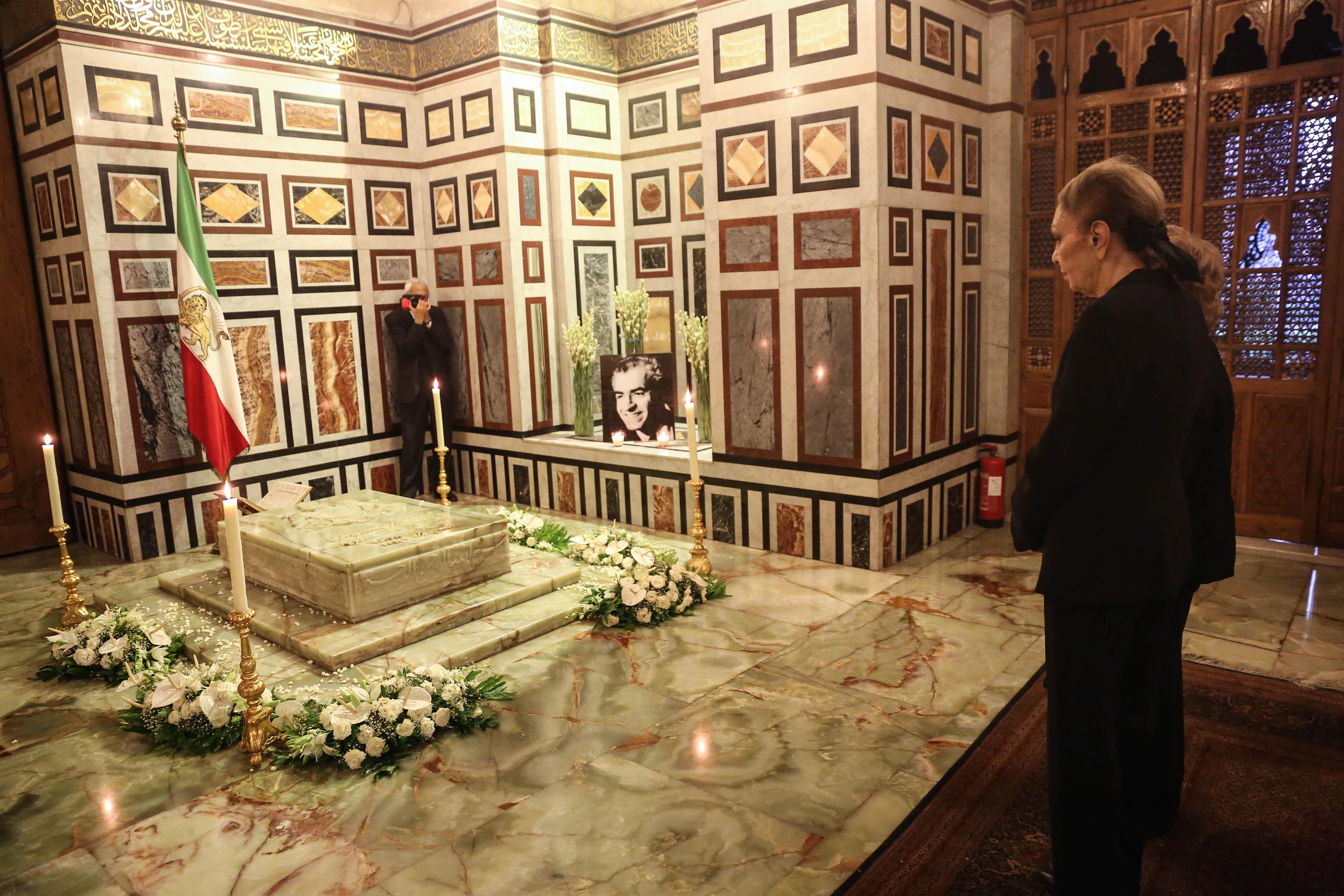 فرح ديبا وجيهان السادات تقرآن الفاتحة على قبر الشاه ويلتقط الصور التذكارية لهما كامبيز آتاباي مساعد الشهبانو
