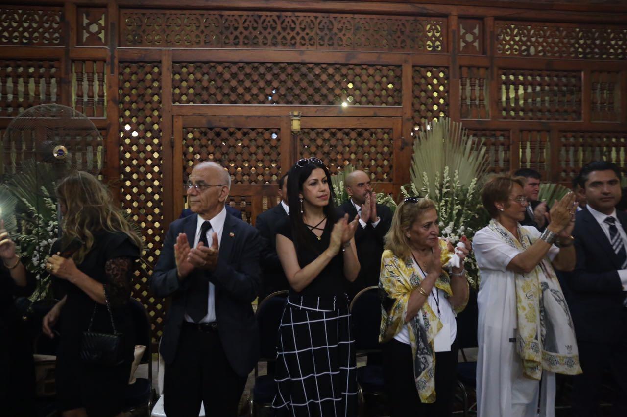 أعضاء البعثة الأمريكية تتوسطهم الفنانة التشكيلية ماجدة حبيبي يقيمون مراسم العزاء فى الذكرى الـ37 لرحيل الشاه
