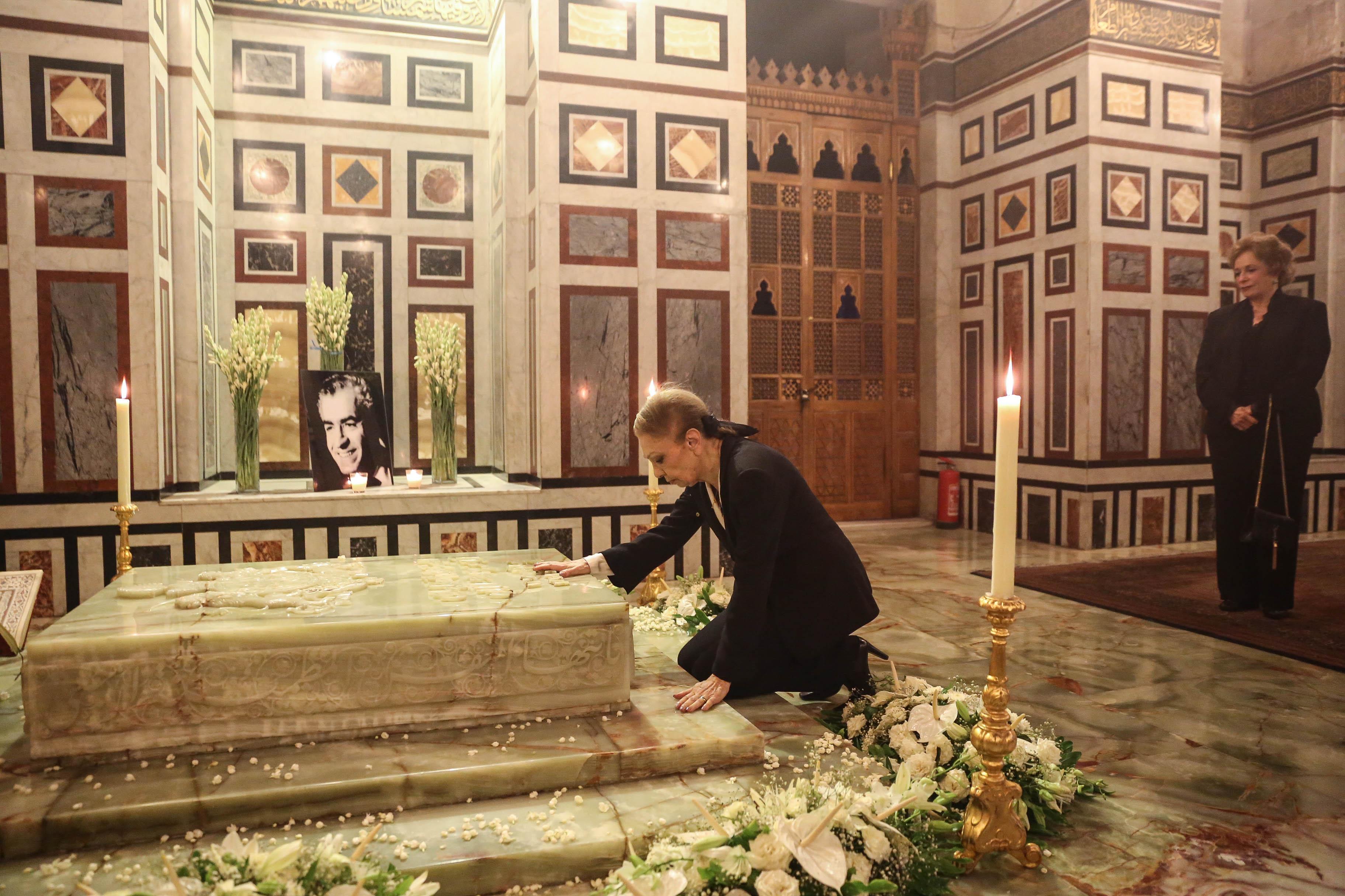 الشهبانو تقرأ الفاتحة على قبر الشاه والسيدة جيهان السادات تؤازرها