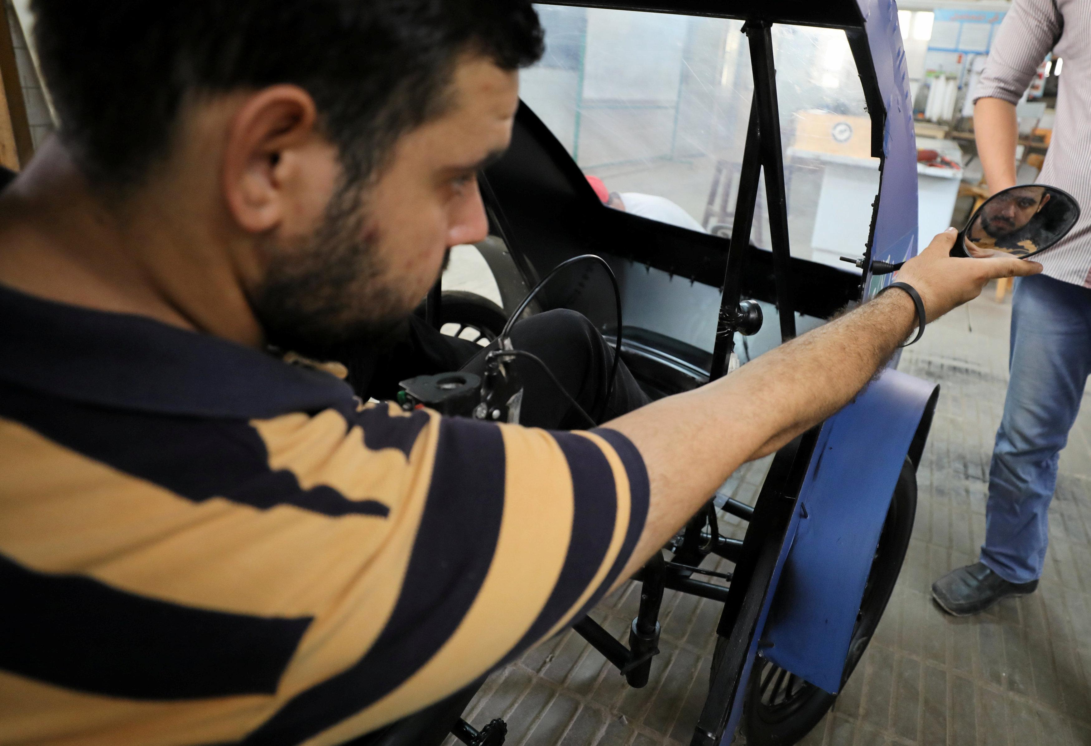 أنثاء اختبار الطلاب السيارة