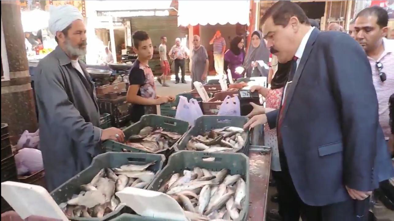 مدير امن يتابع محلات الاسماك بالاسواق