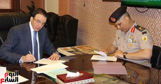 محمد سليم محافظ بنى سويف السابق يوقع بروتوكول المحور