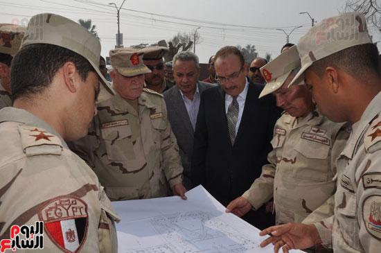 اللواء كامل الوزير خلال تفقده الأعمال بالمحور