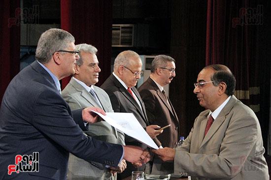 تكريم اعضاء هيئه التدريس بجامعه القاهره (22)