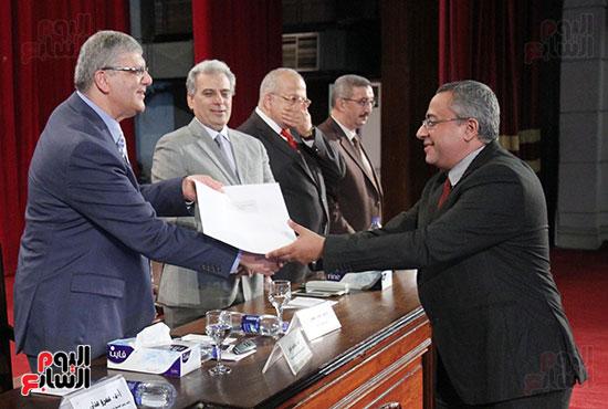 تكريم اعضاء هيئه التدريس بجامعه القاهره (11)