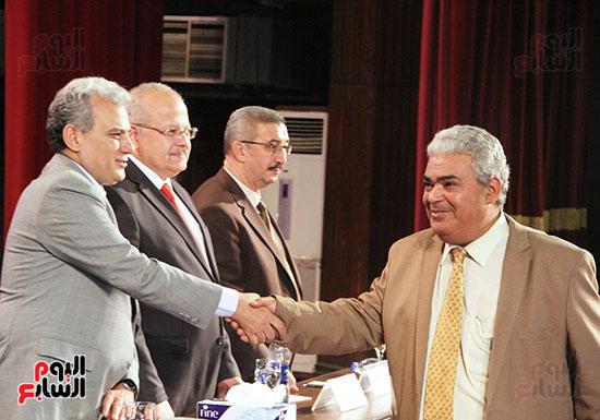تكريم اعضاء هيئه التدريس بجامعه القاهره (17)