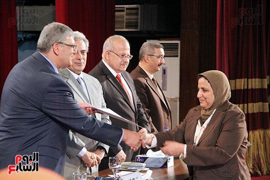 تكريم اعضاء هيئه التدريس بجامعه القاهره (16)