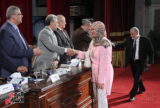 تكريم اعضاء هيئه التدريس بجامعه القاهره (5)