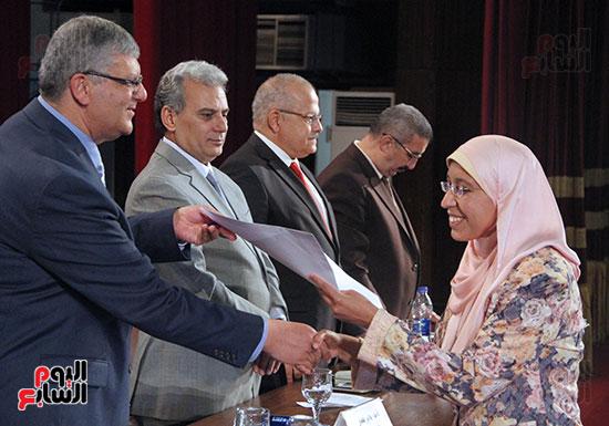 تكريم اعضاء هيئه التدريس بجامعه القاهره (21)