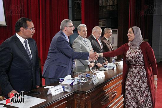تكريم اعضاء هيئه التدريس بجامعه القاهره (9)