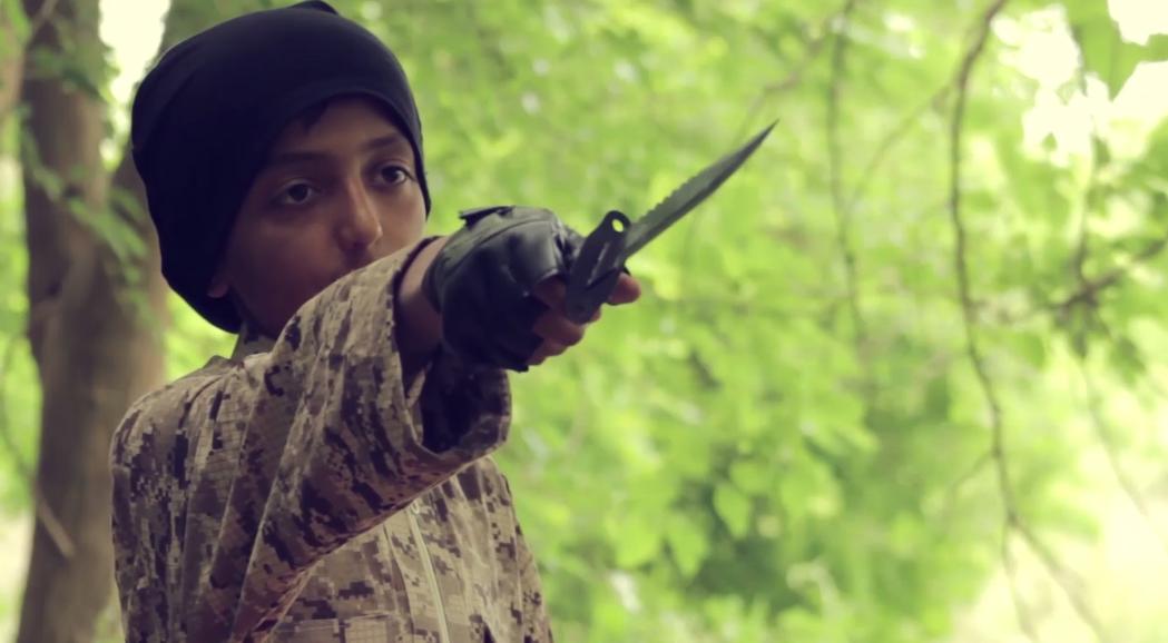 طفل داعشي يهدد بسكينه