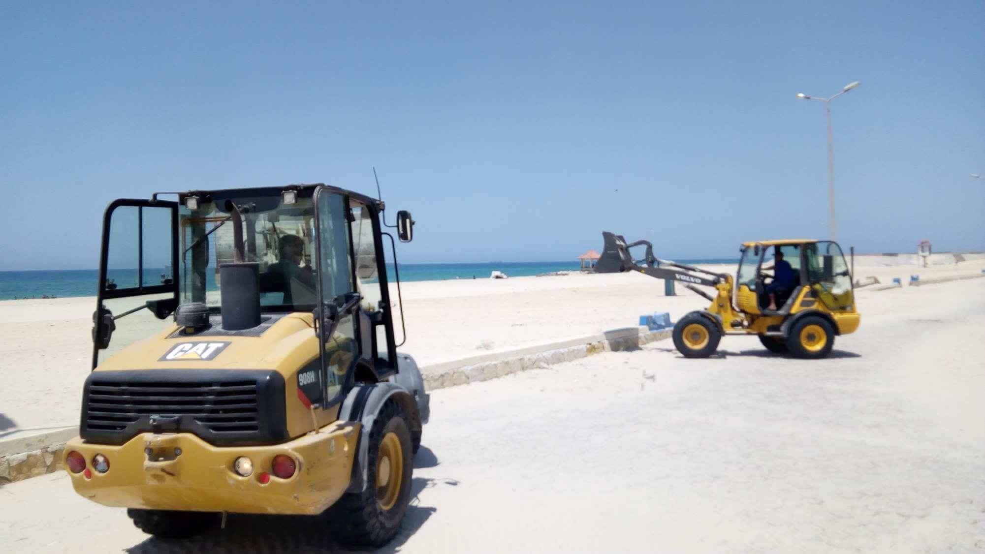 رفع الرمال على شاط العريش (2)