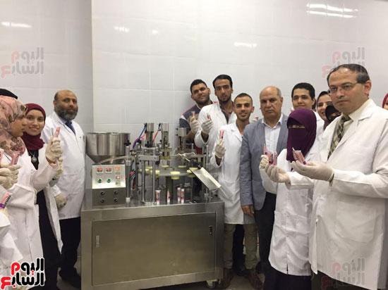 رئيس جامعة كفر الشيخ مع الطلاب تصنيع الدواء بالجامعة