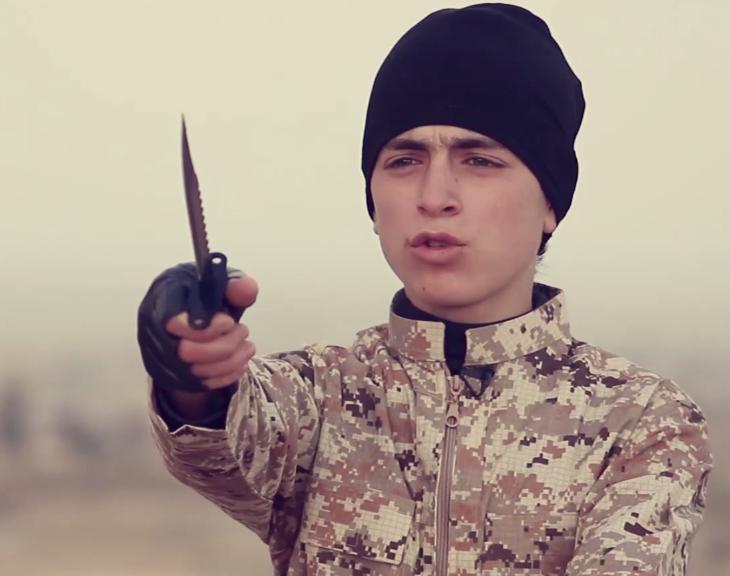 طفل داعشي يمسك سكين