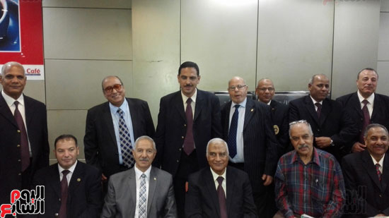 جمارك المطار تنظم احتفالية لتكريم مدير الإدارة لبلوغه سن التقاعد (3)