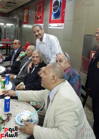 جمارك المطار تنظم احتفالية لتكريم مدير الإدارة لبلوغه سن التقاعد (4)
