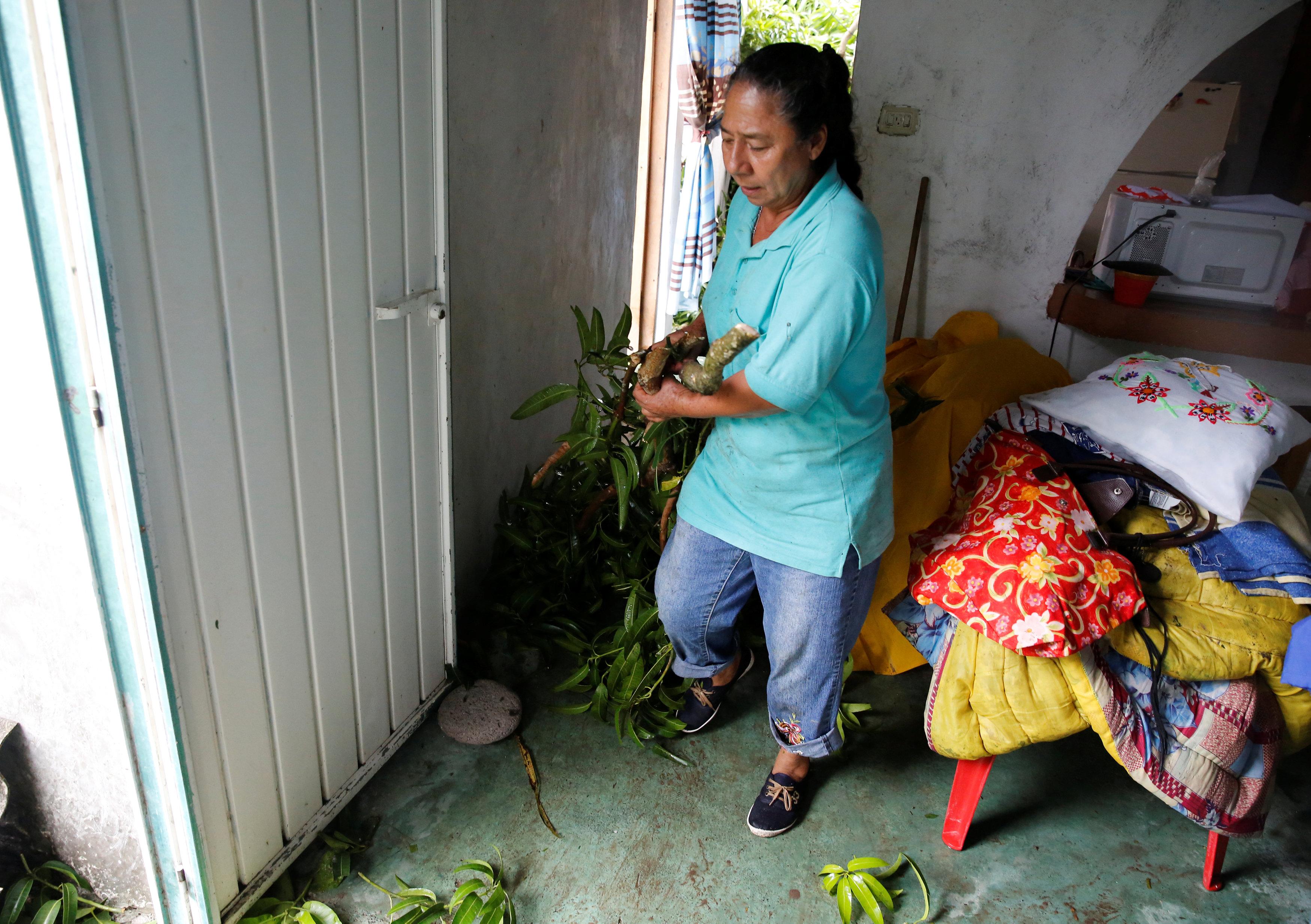 سيدة داخل منزلها بعد الإعصار