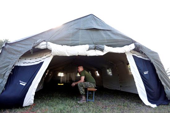 أحد عناصر  الجيش الكندى يستريح عقب اتمام بناء أحد المخيمات