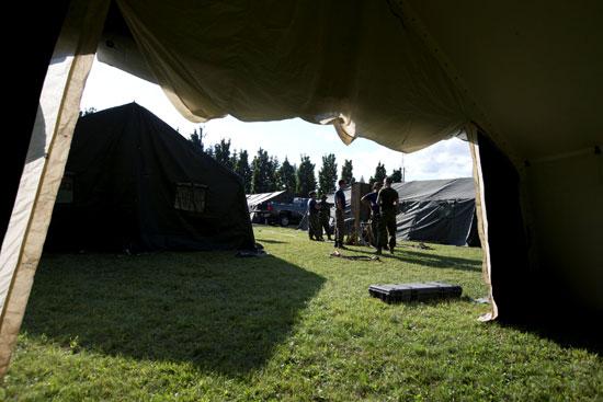 عناصر من الجيش الكندى تبنى مخيمات لاستقبال المزيد من اللاجئين