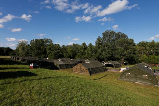 عناصر من الجيش الكندى تشيد عددا من المخيمات