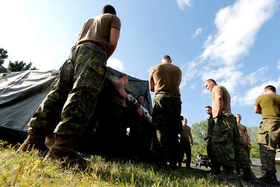 عددا من عناصر من الجيش الكندى