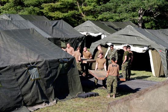 عناصر من الجيش الكندى تضع قواعد خشبية داخل المخيمات