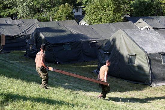 عناصر من الجيش الكندى تجهز المخيمات لاستقبال اللاجئين