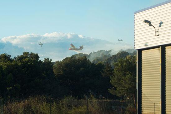 طائرات تشارك فى اطفاء الحريق طائرة اطفاء تقصف مسحوق للسيطرة على الحريق