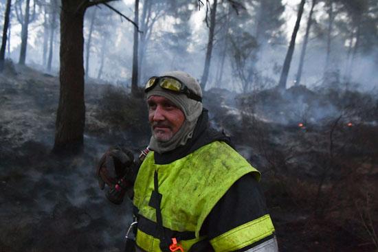 أحد رجال الإطفاء خلال محاولات السيطرة على الحريق