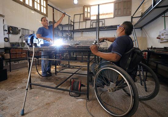 معاقون-يصنعون-أجهزة-لأمثالهم-من-الفقراء-بالقاهرة