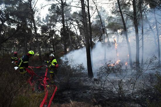 رجال الإطفاء يسعون للسيطرة على الحرائق