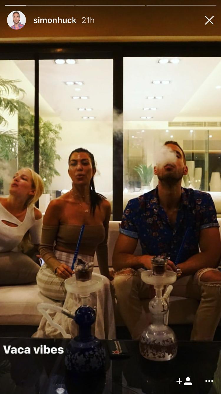 يدخنون شيشة مع أصدقائهم