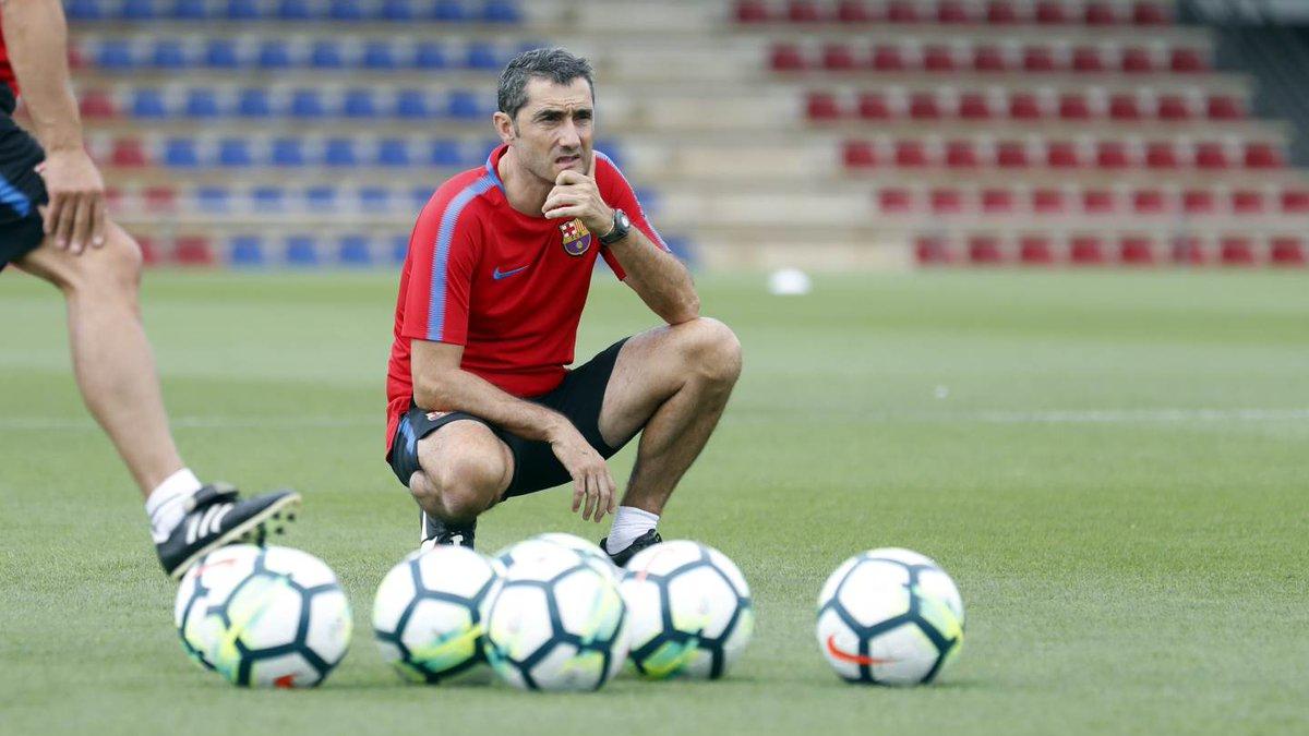 مدرب برشلونة يراقب تدريب ميسي
