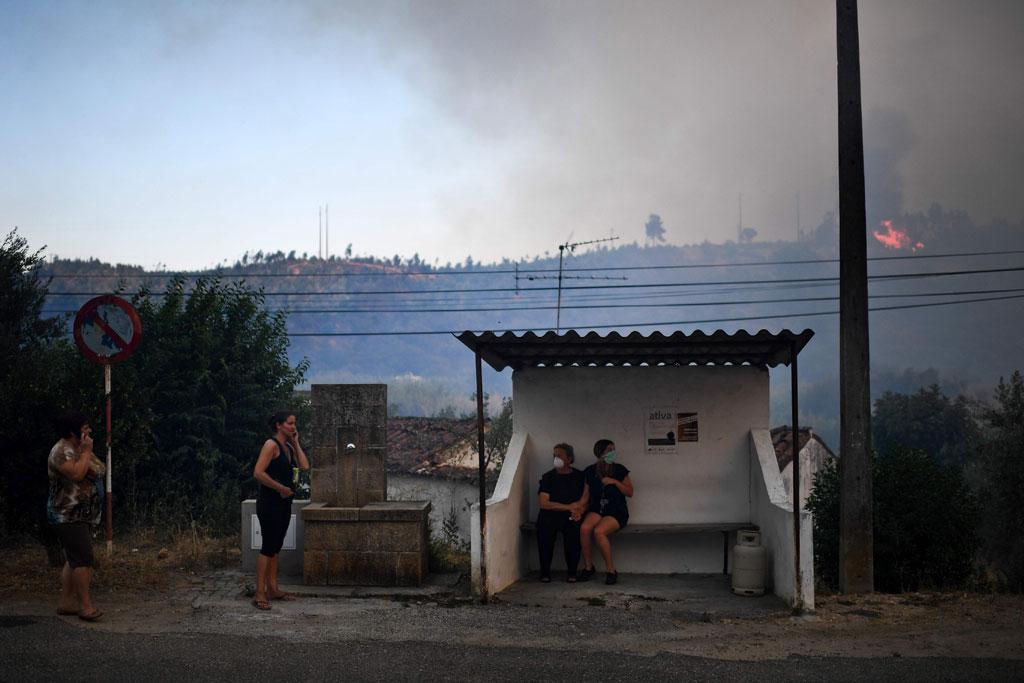 الأدخنة تحيط بالسكان