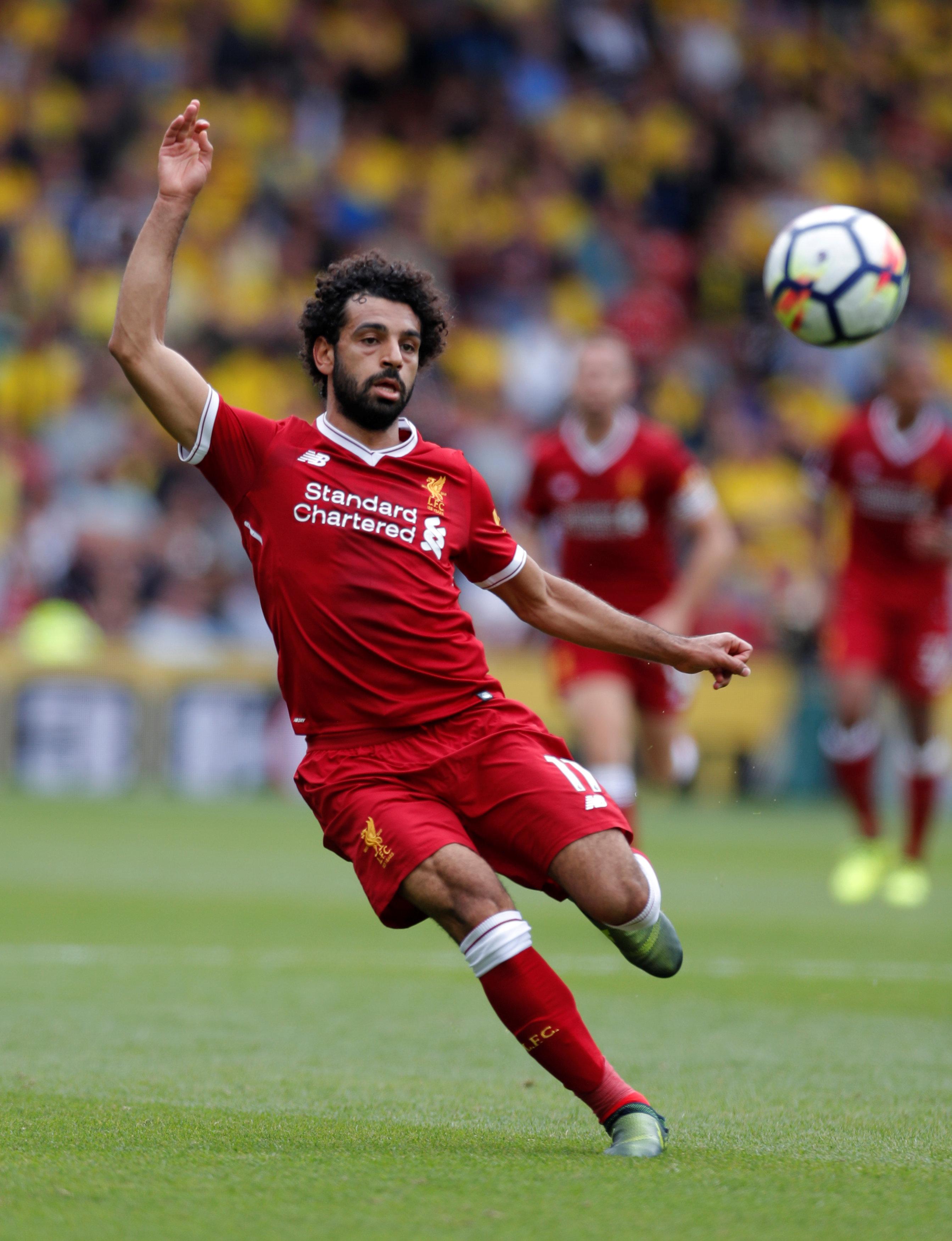 محمد صلاح يسيطر على الكرة