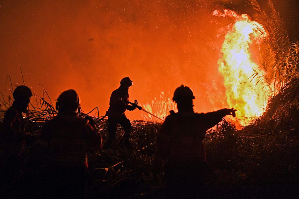 رجال الاطفاء تضع خطة لمحاولات السيطرة على الحريق