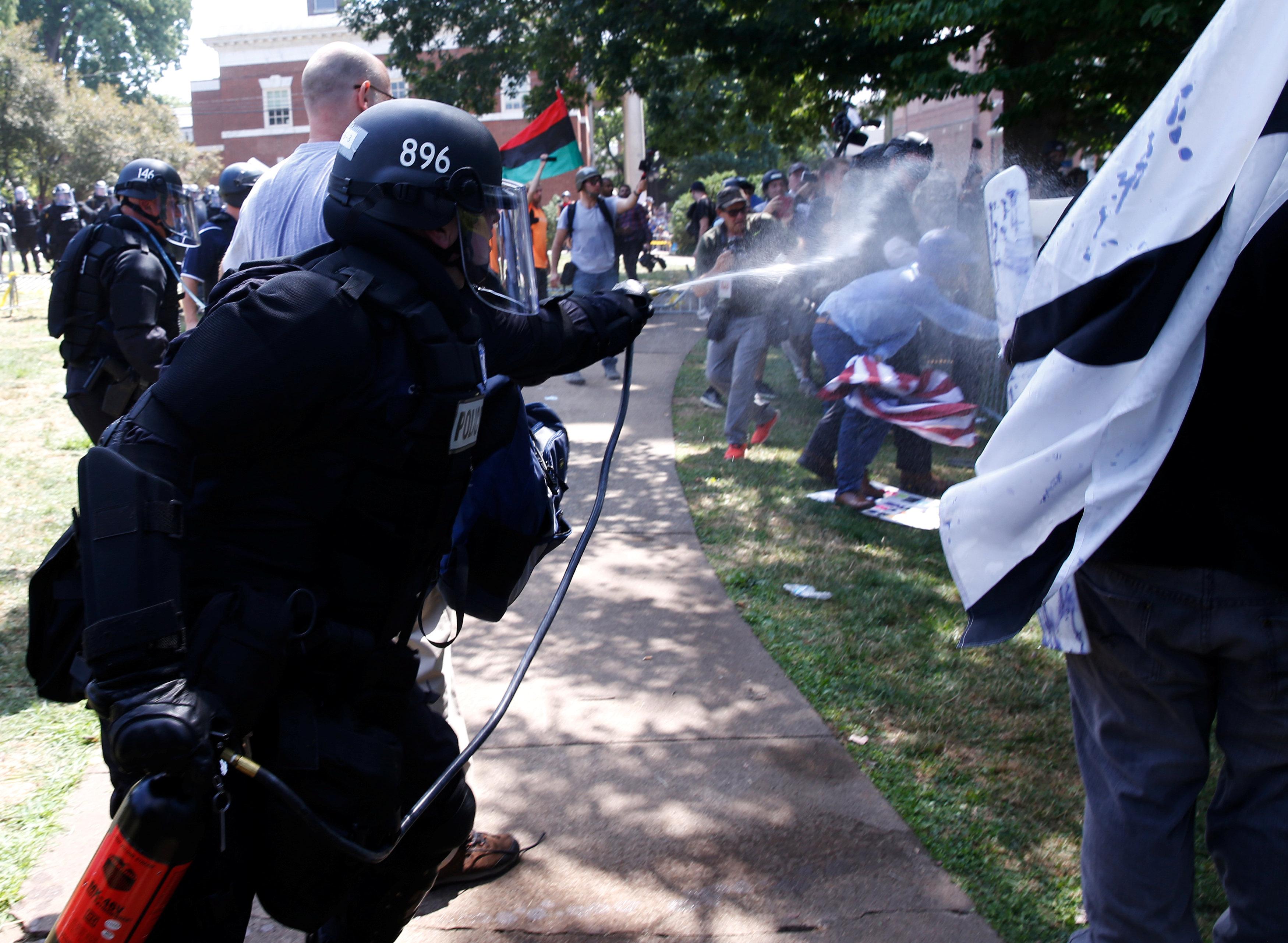 محاولات ابعاد المتظاهرين