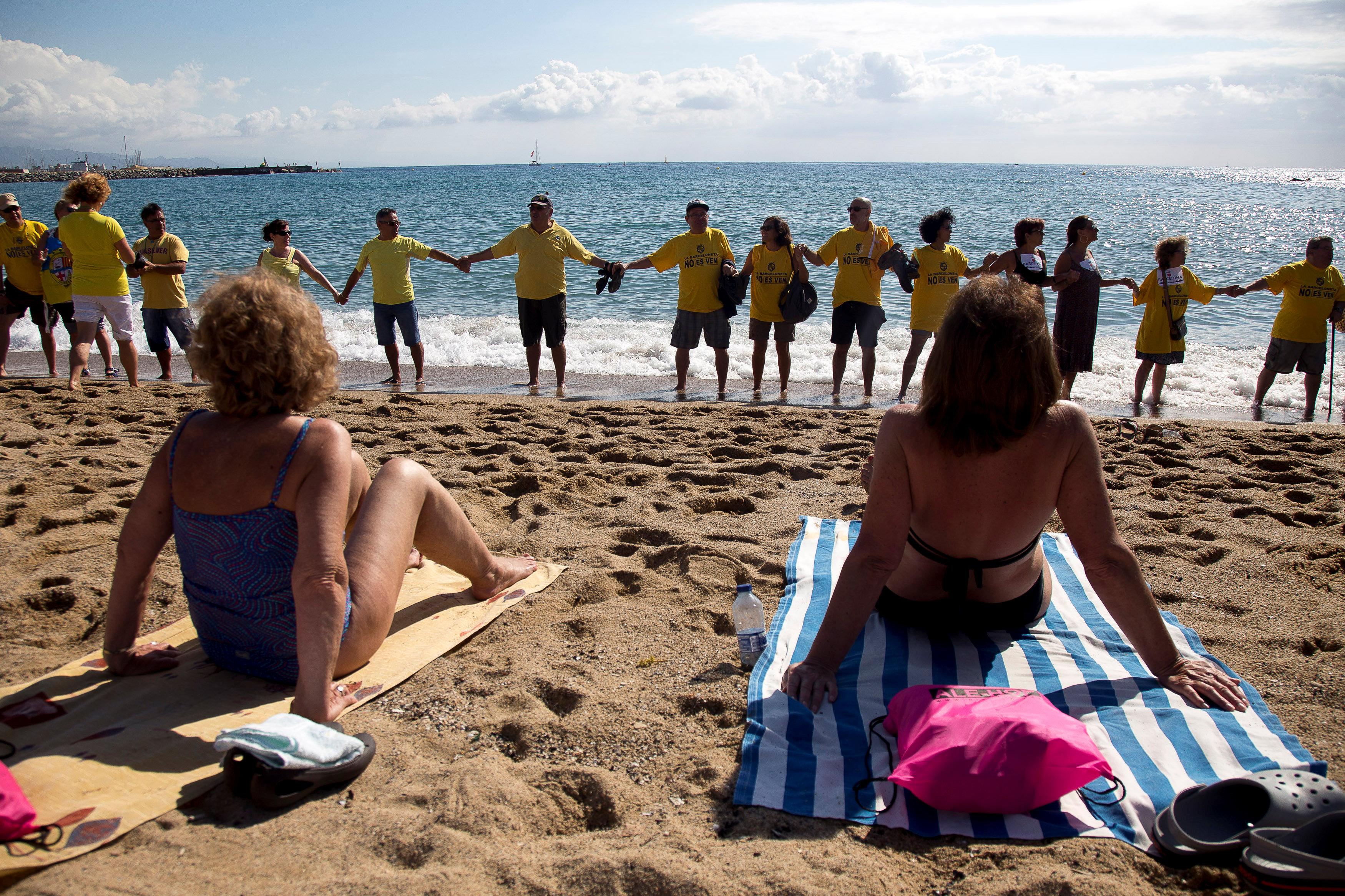 المتظاهرين على شواطئ برشلونة
