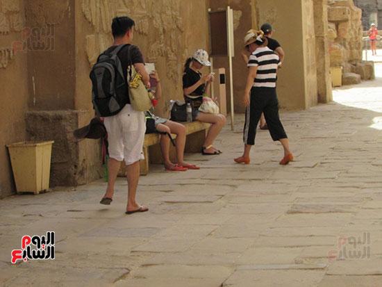 السياح يستمتعون بسحر الحضارة الفرعونية بالاقصر