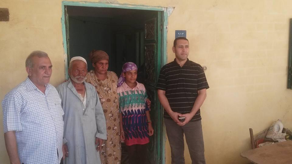 1- الأسرة أمام الوحدة السكنية التي وفرتها المحافظة لهم استجابة لليوم السابع