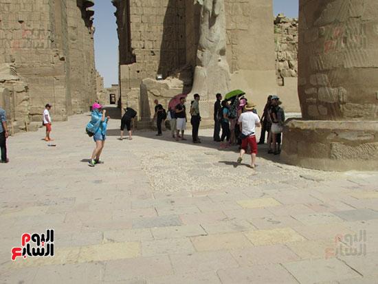 السياح من مختلف دول العالم يتوافدون على معابد الأقصر