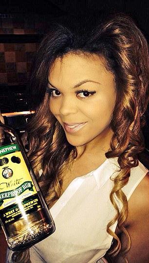 ماريسا مع زجاجة كحول فى شرم الشيخ
