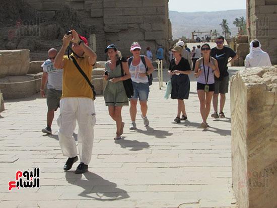 توافد حركة السياحة بصورة جيدة بمعالم الأقصر الآثرية